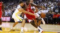 Lutte pour une possession entre l'arrière de Golden State Klay Thompson avec Clint Capela pour Houston en saison régulière NBA, le 17 octobre 2017 Oakland [EZRA SHAW / Getty/AFP/Archives]