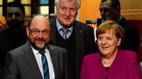 La chancelière allemande Angela Merkel (Centre D), le leader du (SPD) Martin Schulz (Centre G) et le bavarois conservateur (CSU), Horst Seehofer, dans les quartiers généraux du (SPD) le 2 février 2018 à Berlin [John MACDOUGALL / AFP]