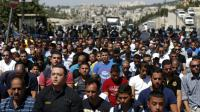 Des forces de sécurité israélienne surveillent des centaines de Palestiniens musulmans lors de la prière du vendredi, le 18 septembre 2015 à Jérusalem [AHMAD GHARABLI / AFP]