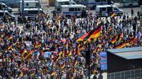 """Des militants du parti d'extrême droite AfD se rassemblent à la gare centrale de Berlin pour participer à une marche pour """"l'Avenir de l'Allemagne"""", le 27 mai 2018 [Tobias SCHWARZ                       / AFP]"""