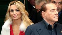 Le leader de Forza Italia Silvio Berlusconi (D) et sa compagne Francesca Pascale (G) à Naples (Italie) le 3 mars 2018 à la veille des élections législatives  [Carlo Hermann / AFP]
