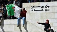 Des étudiants algériens manifestent à la faculté de médecine d'Alger le 3 mars 2019 contre la candidature du président Abdelaziz Bouteflika à un 5e mandat [RYAD KRAMDI / AFP]