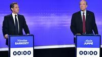 Nicolas Sarkozy et Alain Juppé sur le plateau de France 2 lors du dernier débat avant les primaires de la droite [CHRISTOPHE ARCHAMBAULT / POOL/AFP]