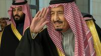 Le roi Salmane d'Arabie (d) et le prince héritier du trône d'Arabie saoudite et minsitre de la Défense, Mohammed ben Salmane, le 13 décembre 2017 à Ryad [BANDAR AL-JALOUD / Saudi Royal Palace/AFP/Archives]