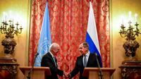 Le ministre russe des Affaires étrangères Sergueï Lavrov lors d'une rencontre avec l'envoyé spécial de l'ONU pour la Syrie, Staffan de Mistura, le 20 avril 2018 à Moscou [Yuri KADOBNOV / AFP/Archives]