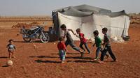 Des enfants syriens jouent à la balle devant une tente dans un camp de déplacés près du village de Surman dans la province d'Idleb en Syrie, le 5 septembre 2018  [Amer ALHAMWE / AFP]