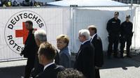 La chancelière allemande Angela Merkel visite un camp de réfugiés à Heidenau, dans l'est de l'Allemagne, le 26 août 2015 [TOBIAS SCHWARZ / AFP]