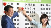Le Premier ministre conservateur japonais Shinzo Abe (g), le 10 juillet 2016 à Tokyo [KAZUHIRO NOGI / AFP]