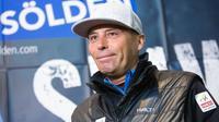 Le directeur de course de la Fédération internationale de ski (FIS) Markus Waldner lors d'une conférence de presse pour annoncer l'annulation du slalom géant d'ouverture de la Coupe du monde messieurs, à Sölden en Autriche, le 29 octobre 2017 [GEORG HOCHMUTH / APA/AFP]