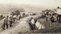 Photo d'une carte éditée par l'Historial de Péronne montrant des poilus en train de creuser une tranchée au cours de la bataille de la Marne pendant la Première guerre mondiale [ / Historial de Péronne/AFP]