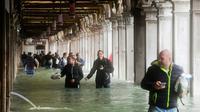 Des touristes près de la place Saint-Marc à Venise le 29 octobre 2018 [Miguel MEDINA / AFP]