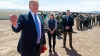 Le président américain Donald Trump devant un tronçon du mur frontalier avec le Mexique, dans la ville californienne de Calexico, le 5 avril 2019 [SAUL LOEB / AFP]