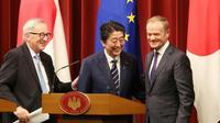 Le Premier ministre japonais Shinzo Abe (C), le président de la Commission européenne Jean-Claude Juncker (G) et le président du Conseil européen Donald Tusk (D) tout sourires après la signature d'un accord de libre-échange, à Tokyo le 17 juillet 2018 [Koji Sasahara / POOL/AFP]