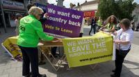 "Des militants du ""leave"" attendent leur leader Nigel Farage à Clacton-on-sea le 21 juin 2016 [JUSTIN TALLIS / AFP]"