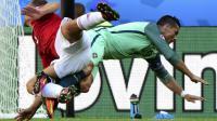 Cristiano Ronaldo et Roland Juhasz lors du match Portugal Hongrie le 22 juin 2016 à Lyon [ATTILA KISBENEDEK / AFP/Archives]