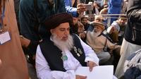 Le chef de file du groupe islamiste pakistanais TLYRAP, Khadim Hussain Rizvi, arrive sur les lieux du sit-in à Islamabad pour annoncer la fin du mouvemement [AAMIR QURESHI / AFP]