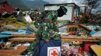Un soldat indonésien marche dans les décombres dans le quartier de Perumnas Balaroa à Palu, après un séisme suivi d'un tremblement de terre, dans l'île des Célèbes en Indonésie le 6 octobre 2018 [MOHD RASFAN / AFP]