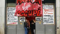 Des personnes se tiennent à l'entrée d'un magasin Virgin occupé par des salariés de l'enseigne, le 17 juin 2013 à Paris  [Francois Guillot / AFP/Archives]
