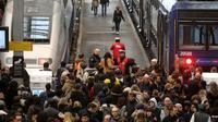 Des agents de la SNCF parlent avec des usagers à la gare de Lyon, à Paris, le 3 avril 2018, au premier jour de la grève des cheminots contre la réforme de la SNCF [ludovic MARIN / AFP/Archives]