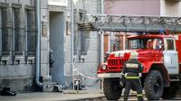 Un pompier russe devant le bâtiment abritant l'antenne du FSB à Arkhangelsk le 31 octobre 2018 [Michail SHISHOV / AFP]