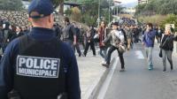 Un policier surveille une manifestation à Ajaccio le 27 décembre 2015 [YANNICK GRAZIANI / AFP]