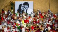 Des centaines de bougies à Bratislava le 27 février 2018 devant les portraits du journaliste slovaque Jan Kuciak et sa compagne Martina Kusnirova, après leur assassinat [VLADIMIR SIMICEK / AFP]