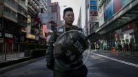 Une femme de la police anti-émeutes de Hong Kong le 9 février 2016 devant une rue interdite d'accès après les heurts de la nuit entre la police et des protestataires dans le quartier de Mongkok à Hong Kong le 9 février 2016  [DALE de la REY / AFP]