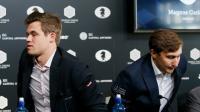 Les deux grands maîtres d'échecs le Norvégien Magnus Carlsen(g) et Sergueï Kariakin, se lèvent après leur conférence de presse, à New York, le  10 novembre 2016 [EDUARDO MUNOZ ALVAREZ / AFP]