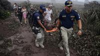 Des policiers évacuent un blessé lors de l'érruption du volcan Fuego, dans le village d'El Rodeo village, à 35 km au sud de la ville Guatemala le 3 juin 2018 [NOE PEREZ / AFP]