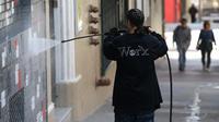 Un employé nettoie la façade d'un immeuble le 6 mai 2015 à San Francisco, en Californie [Justin Sullivan / GETTY/AFP/Archives]