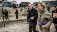 """La préfète de la région Nord-Pas-de-Calais Fabienne Buccio (2e à d) dans la """"Jungle"""" de Calais, le 21 février 2016 [PHILIPPE HUGUEN / AFP]"""