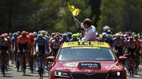 Le directeur du Tour de France Christian Prudhomme donne le départ de la 16e étape, le 23 juillet 2019 à Nîmes [JEFF PACHOUD / AFP/Archives]