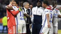 L'entraîneur de Lyon, Bruno Genesio (c) félicite ses joueurs à la fin du match victorieux face à Nice au Groupama stadium, le 19 mai 2018 [PHILIPPE DESMAZES / AFP]