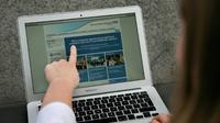 Une femme montre le site Web du NHS (East and North Hertfordshire), informant les utilisateurs d'un problème dans son réseau, à Londres le 12 mai 2017 [Daniel LEAL-OLIVAS / AFP/Archives]