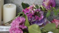 Fleurs et bougies devant la mairie en hommage au prêtre assassiné, le 26 juillet 2016 à Saint-Etienne du Rouvray [MATTHIEU ALEXANDRE / AFP]