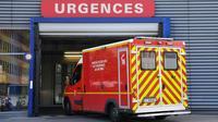 Les services d'urgences hospitalières ont enregistré un nouveau record de fréquentation en 2017, avec 21,4 millions de passages, tandis que le nombre de lits d'hospitalisation a franchi pour la première fois à la baisse le seuil des 400.000 [PATRICK HERTZOG / AFP/Archives]