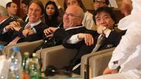 Carlo Tavecchio (c), alors président de la Ligue nationale amateur, en pleine discussion avec l'ex-sélectionneur Cesare Maldini (g), lors d'une conférence internationale à Dubaï, le 31 mai 2008 [Marwan Naamani / AFP/Archives]