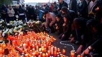Des personnes disposent des bougies en hommage aux victimes de l'incendie dans la discothèque à Bucarest,  le 31 octobre 2015 [DANIEL MIHAILESCU / AFP]