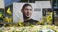 Des fleurs, des messages et des bougies ont été déposés devant un portrait géant du footballeur argentin Emiliano Sala à l'extérieur du stade de La Beaujoire avant le match de Championnat entre Nantes et Saint-Etienne, le 30 janvier 2019 [SEBASTIEN SALOM GOMIS / AFP]