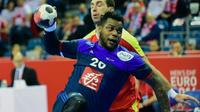 Le pivot Cédric Sorhaindo s'arrache pour inscrire un but avec les Bleus contre la Macédoine à l'Euro, le 15 janvier 2016 à la Tauron Arena de Cracovie [ATTILA KISBENEDEK / AFP]