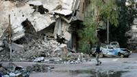 Un homme dans une rue dévastée de la ville syrienne de Deir Ezzor (est), le 15 février 2014 [Ahmad Aboud / AHMAD ABOUD/AFP/Archives]