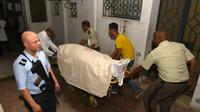 """Des membres du personnel hospitalier et des collègues transportent le corps d'un des six membres des forces de l'ordre tués dans le nord-ouest de la Tunisie dans une attaque """"terroriste"""", selon les autorités, le 8 juillet 2018 à Tunis  [FETHI BELAID / AFP]"""