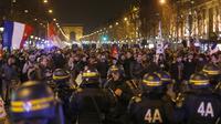 Les CRS face aux manifestants contre le mariage homosexuel sur les Champs-Elysées à Paris le 24 mars 2013 [Pierre Verdy / AFP/Archives]