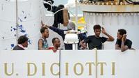 Des migrants à bord du navire des garde-côtes italiens, le Diciotti, le 23 août 2018 [Giovanni ISOLINO / AFP]