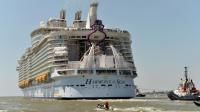 Le paquebot Harmony of the seas, le plus gros navire de croisière au monde, quitte son berceau de Saint-Nazaire, le 15 mai 2016 [JEAN-FRANCOIS MONIER                 / AFP]