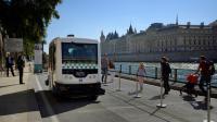 Un bus électrique roule sur les voies sur berges à Paris, le 24 septembre 2016 [Eric FEFERBERG / AFP]