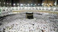 Des mulsumans prient à La Mecque, lors du dernier vendredi du mois du ramadan, le 23 juin 2017 en Arabie Saoudite [BANDAR ALDANDANI / AFP/Archives]