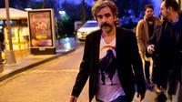 Le journaliste germano-turc Deniz Yücel quitte son domicile à Istanbul après sa libération qui pourrait améliorer les relations entre Berlin et Ankara. Le 16 février 2018. [YASIN AKGUL / AFP]