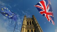 Les drapeaux européen et britannique flottent devant le Palais de Westminster, le 17 octobre 2019 [Tolga AKMEN / AFP]