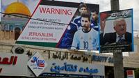 Affiche dénonçant l'occupation israélienne et le tenue d'un match amical entre Israël et l'Argentine à Jérusalem, le 5 juin 2018 à Hebron en Cisjordanie [HAZEM BADER / AFP]